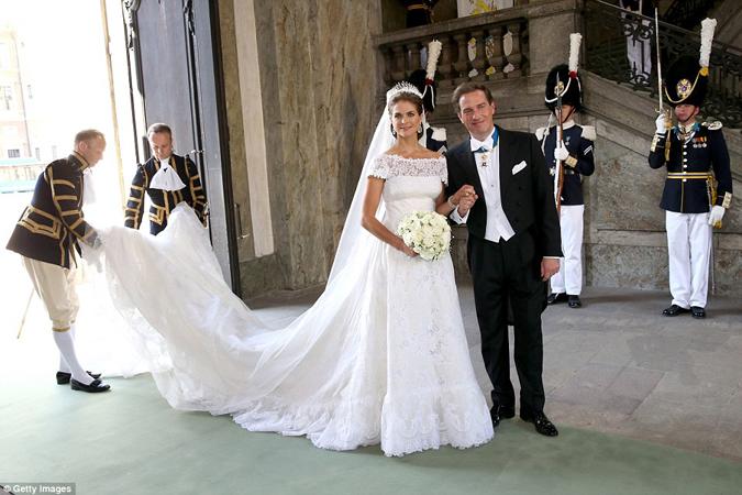 Ohromujúce svadobné šaty zdobia takmer 4 metre kvalitných látok - zložité  čipkové detaily 8822a511f3d