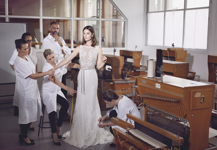 973a02aead13 Skutočne talentovaných krajčírov a krajčírky nájdete aj v slovenských  svadobných salónoch a krajčírskych dielňach