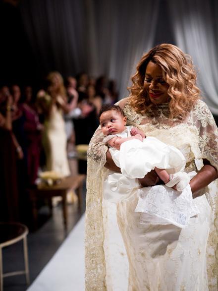 e8fd747b89bd Družičky žiarili v čipkovaných šatách od Galie Lahav. Na svadbe nechýbali  ani blízki priatelia manželov - Beyoncé a Jay Z