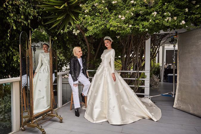 671bdc41bea1 Exkluzívne svadobné šaty od Diora v jemnej maslovej farbe a prekrásna  svadobná parta tón v tóne so šatami - toto je náš favorit!