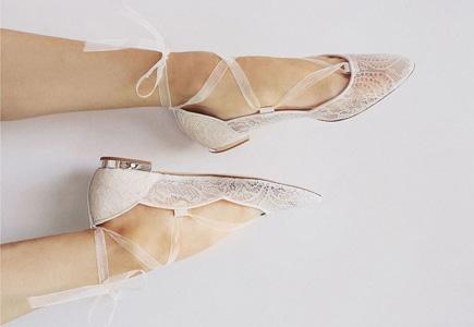 0919f5cf2f01c Vaše svadobné topánky by určite nemali byť fádne a bez nápadu. Možno si  vravíte, že pod šatami ich aj tak nebude vidieť, no verte či nie, občas  spoza šiat ...
