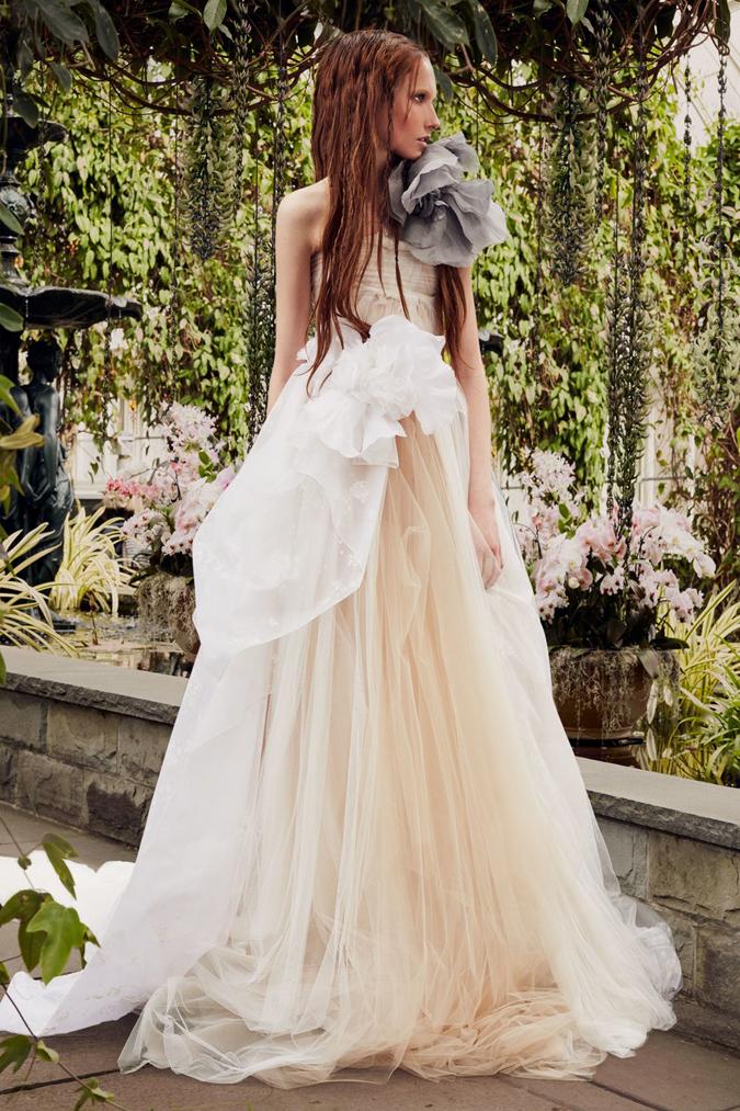 2ec36acdc9bc Svadobné šaty Lee Grebenau sa pýšia najkrajšími ručnými výšivkami. 11. 12