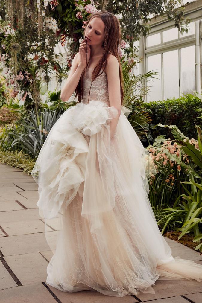 1b2c46a505ec Svadobné šaty Lee Grebenau sa pýšia najkrajšími ručnými výšivkami. 11. 12.  13