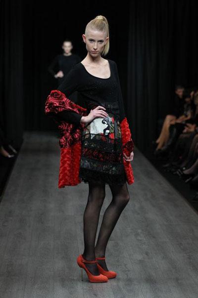 5f341d332308 Kolekcia na nasledujúce mesiace udáva trend minimalistickými šatami s  čistou líniou a luxusnými šatkami s výraznými ...