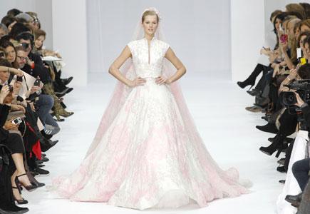 Nežné bledučko ružové svadobné šaty z dielne renomovaného návrhára pôsobia  veľmi jemne až princeznovsky. Zaujímavo navrhnutý top prechádza do širokej  sukne. c389778b529