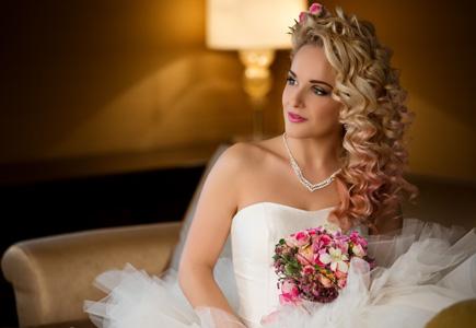 467969f07ebb Články Herečka Lucia Bugalová Molnárová si opäť obliekla svadobné šaty